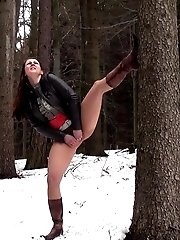 15 pictures - Hot brunette nearly pisses herself in the snow