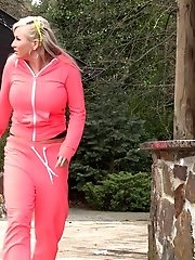 15 pictures - Blonde in sweatsuit squats to piss outside