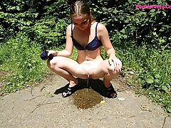 16 pictures - Teenage bikini babe pissing near the public beach