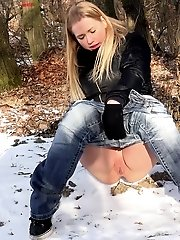 15 pictures - Gorgeous Violette pisses in the freezing snow